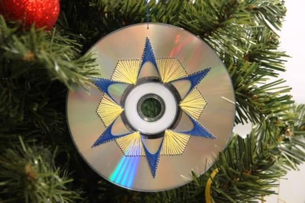 Игрушку на ёлку  из дисков