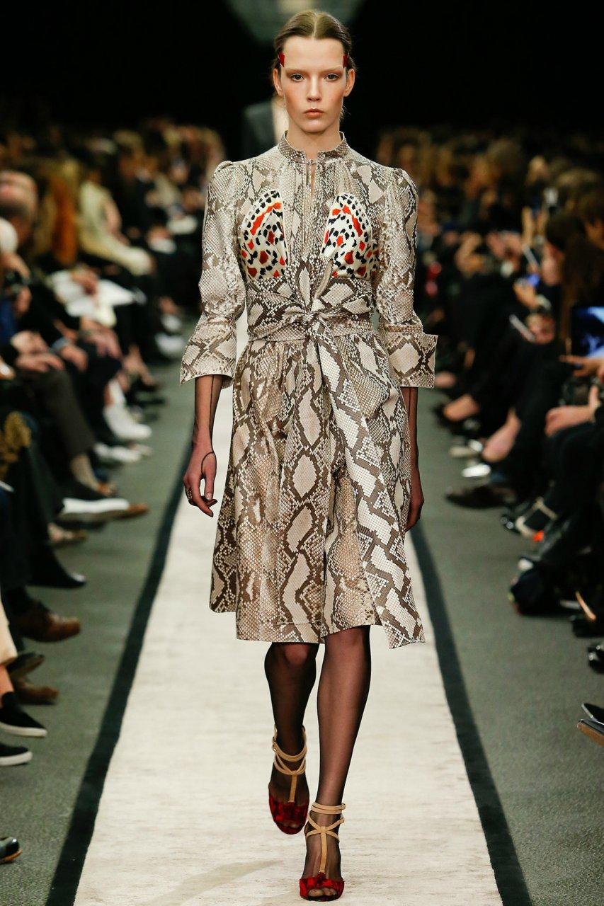 Змеиный принт платья