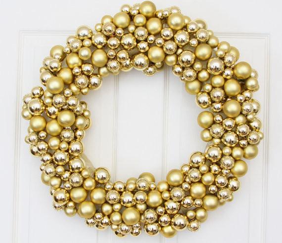 Из золотых шаров можно сделать рождественский венок