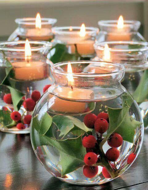 Наполните вазы водой, добавьте красных ягод и чайных свечей