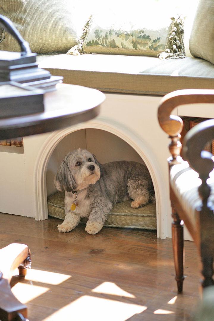 Домик для домашнего животного под подоконником