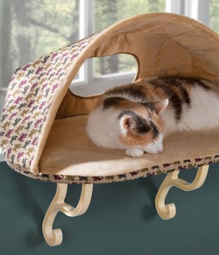 Домик для домашнего животного на подоконнике