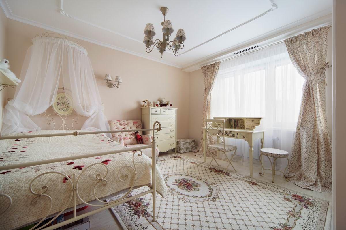 Воздушный балдахин для кровати и узорчатый ковер с цветами