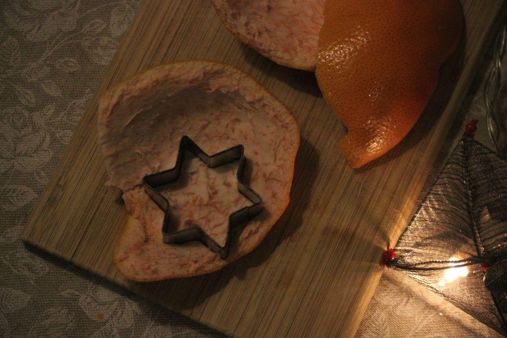 Аккуратно очистите плод и надавите на внутреннюю сторону кожуры острой стороной формочки.