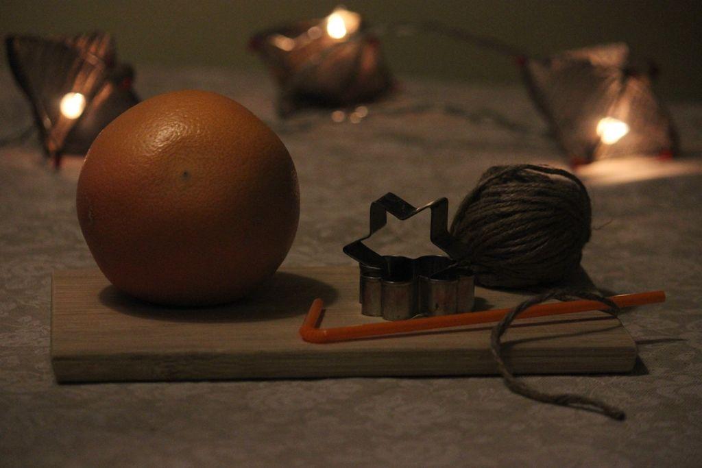 Вам понадобится грейпфрут (мандарин, апельсин — количество зависит от того, сколько вам нужно украшений), формочки для печенья, трубочка для коктейля и ленточка.