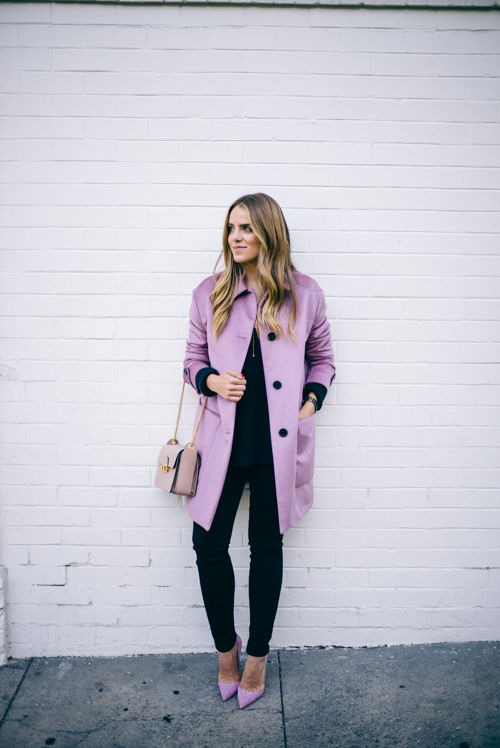 Светло-розовое пальто до колен