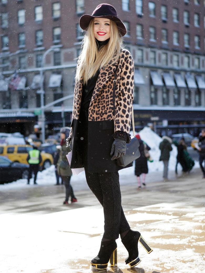 Леопардовое пальто с контрастной полосой внизу