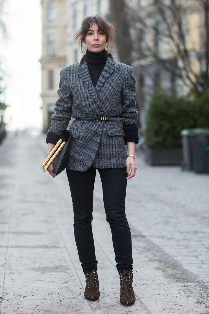 Серый пиджак с тонким поясом