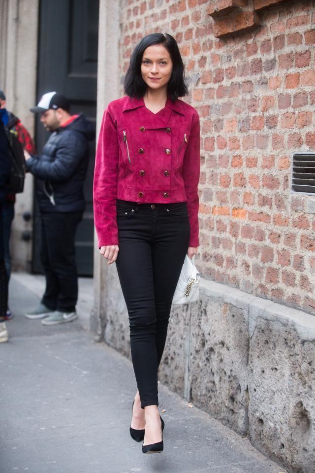 Малиновый пиджак с контрастными пуговицами