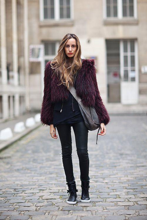 Яркая шуба, черная рубашка и джинсы-скинни