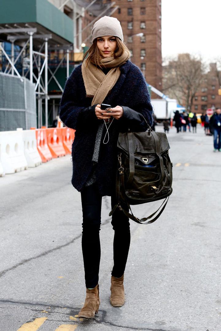 Пальто-оверсайз, палантин и черные джинсы