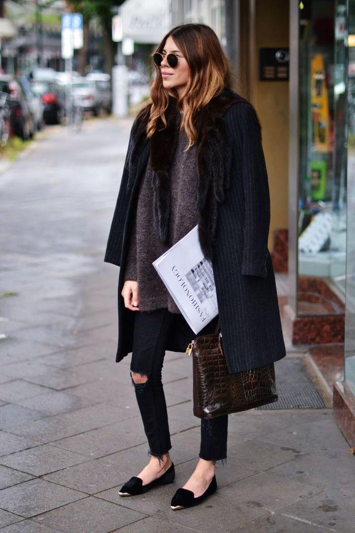 Пальто с меховым воротником, свитер и джинсы-скинни