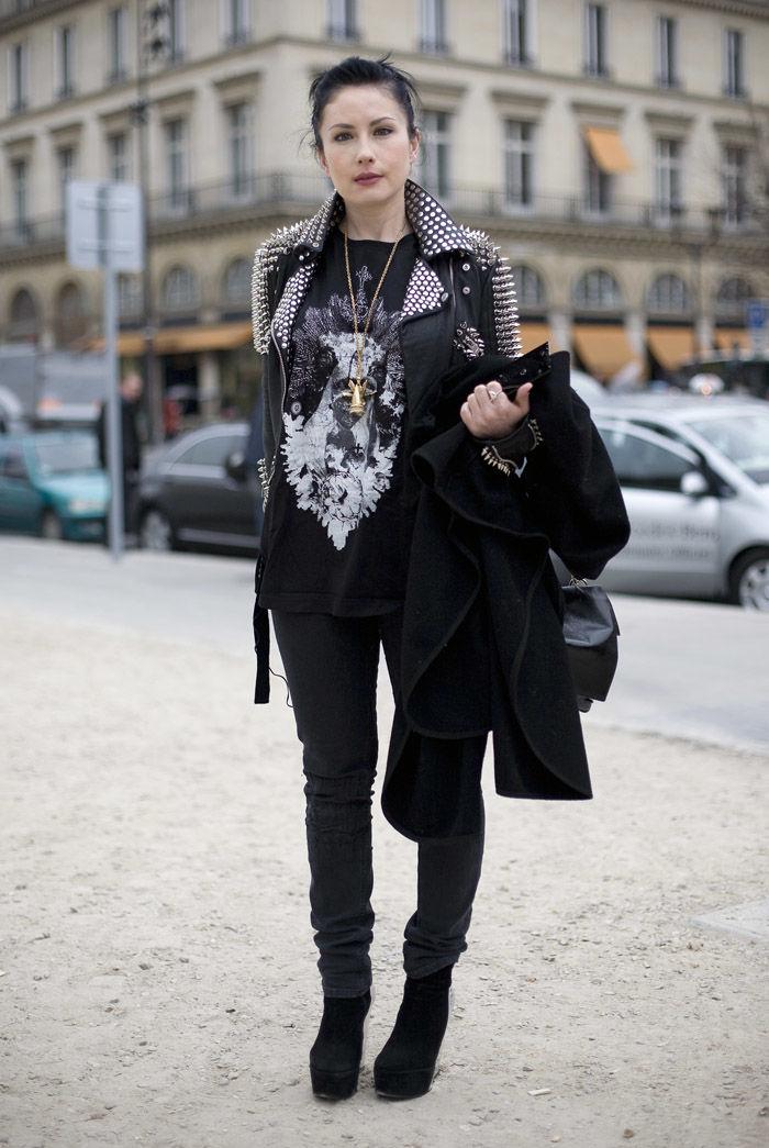 Многослойный образ с кожаными перчатками в шипах, свитшотом и пальто