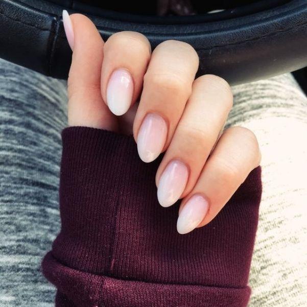 Миндалевидные ногти могут быть небольшой длины.
