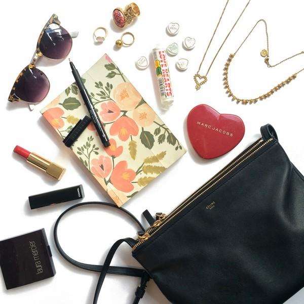 624c7d64fbee Что хранится в женской сумочке: 11 вещей, без которых нам никак ...