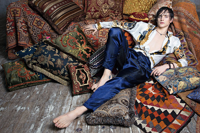 Сергей Полунин для Vogue. Шелковая рубашка Versace, брюки Haider Ackermann
