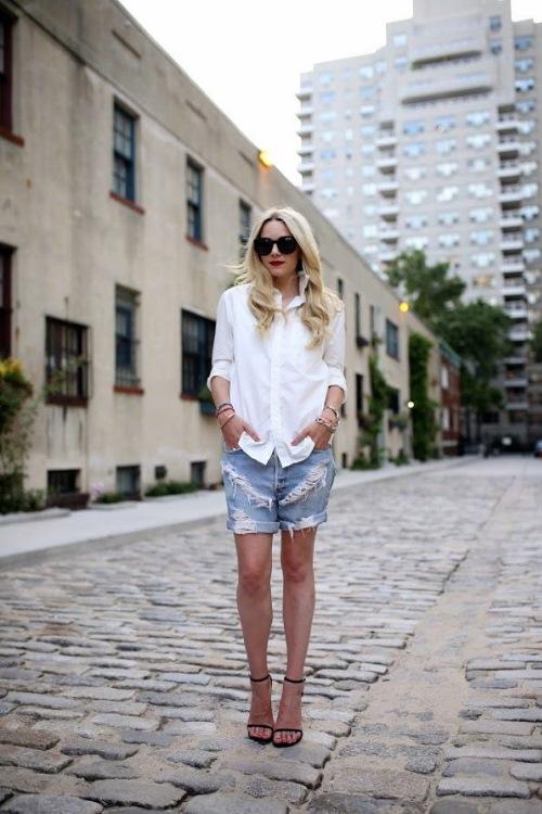 Белая рубашка с джинсовыми шортами