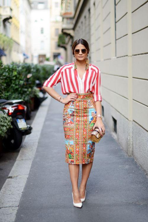 Блузка в полоску с яркой юбкой-карандашом