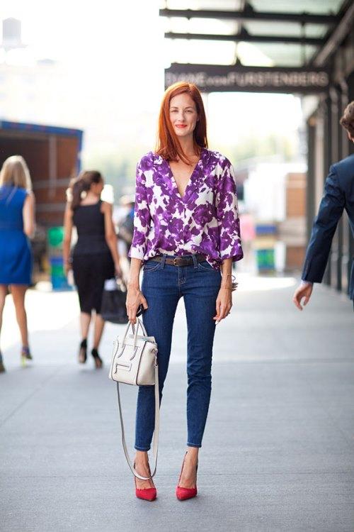 Блузка в цветочек с джинсами