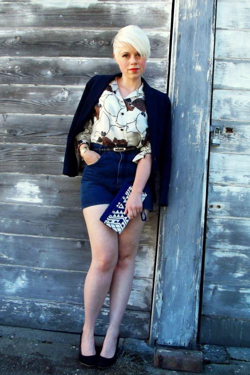 Блузка с короткой юбкой