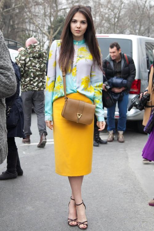 Яркая блузка с юбкой-карандашом