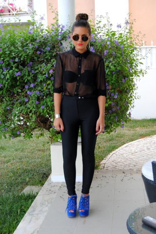Прозрачная блузка с черным бюстгальтером