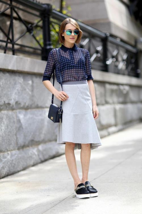 Прозрачная блузка с синим бюстгальтером