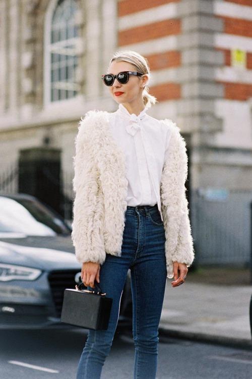 Белая блуза с маленьким бантиком