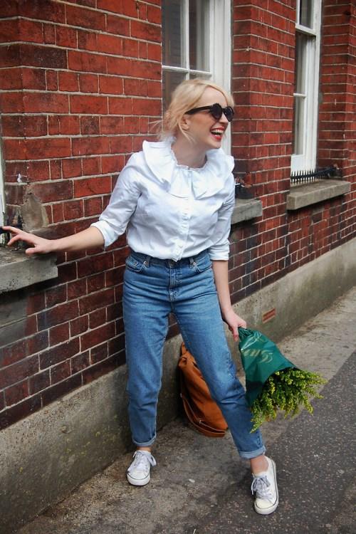 Белая блуза с джинсами