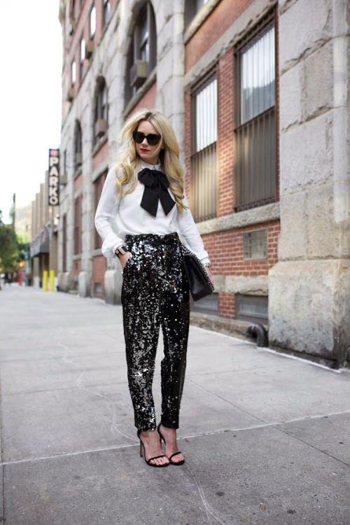 Белая блузка с черным бантом