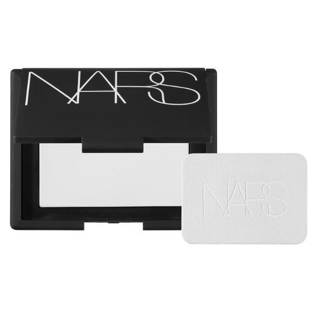 Прозрачная пудра NARS Light Reflecting Powder обеспечивает стойкость макияжа и подсвечивает кожу при любом освещении, 2 399 руб.
