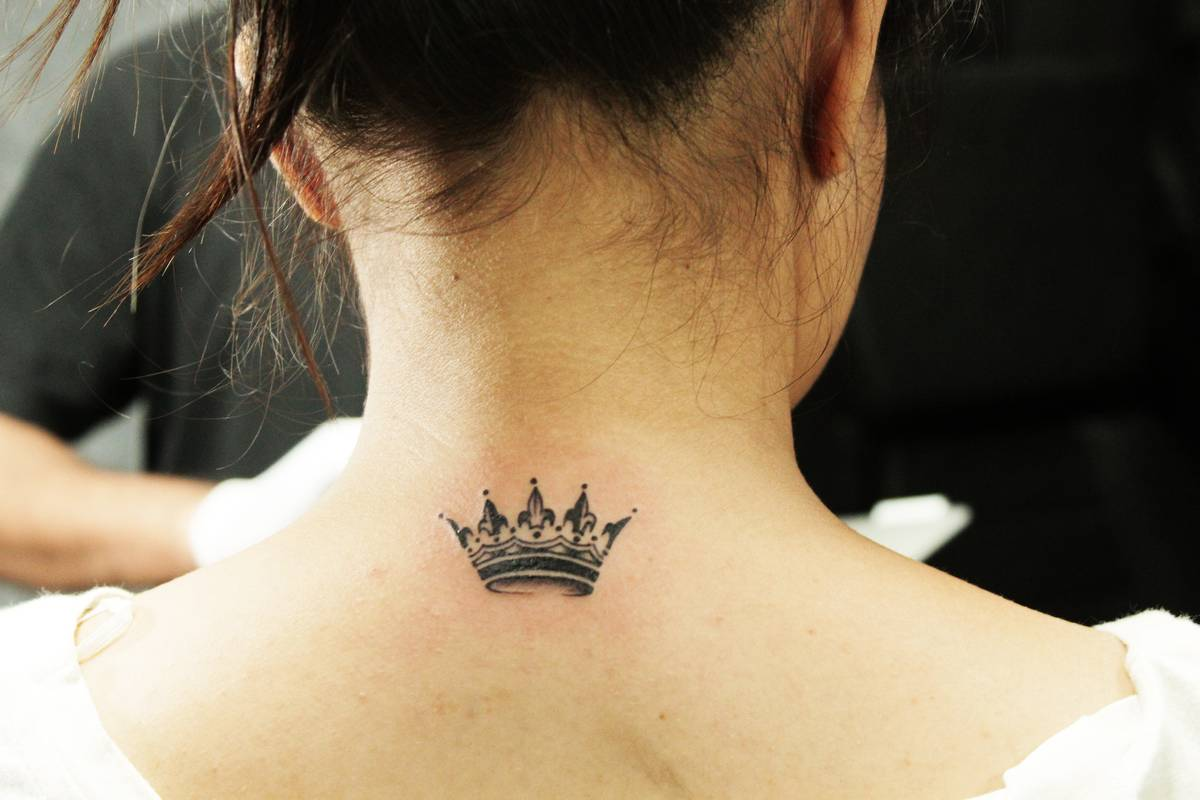 Trendy миниатюрные тату на шее