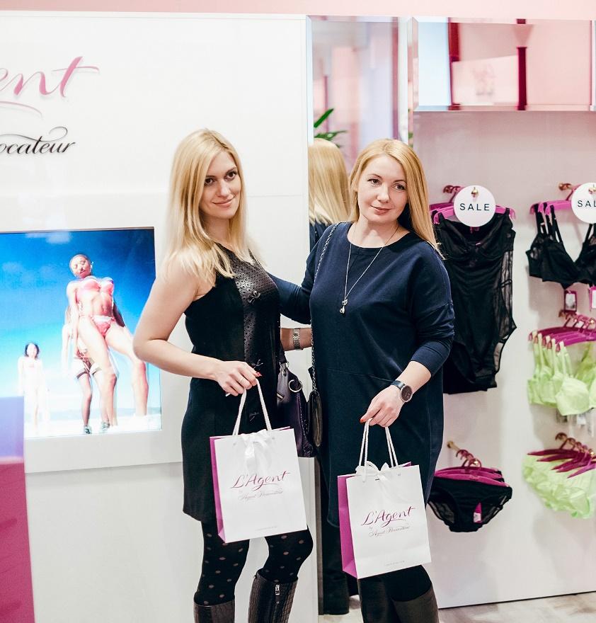 Юлия Минакова и Лилия Кондакова с покупками