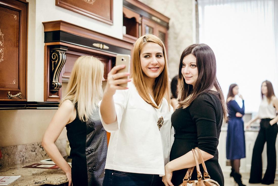 Зульфия Баткаева и Анастасия Ермакова в мебельном салоне «Калипсо»