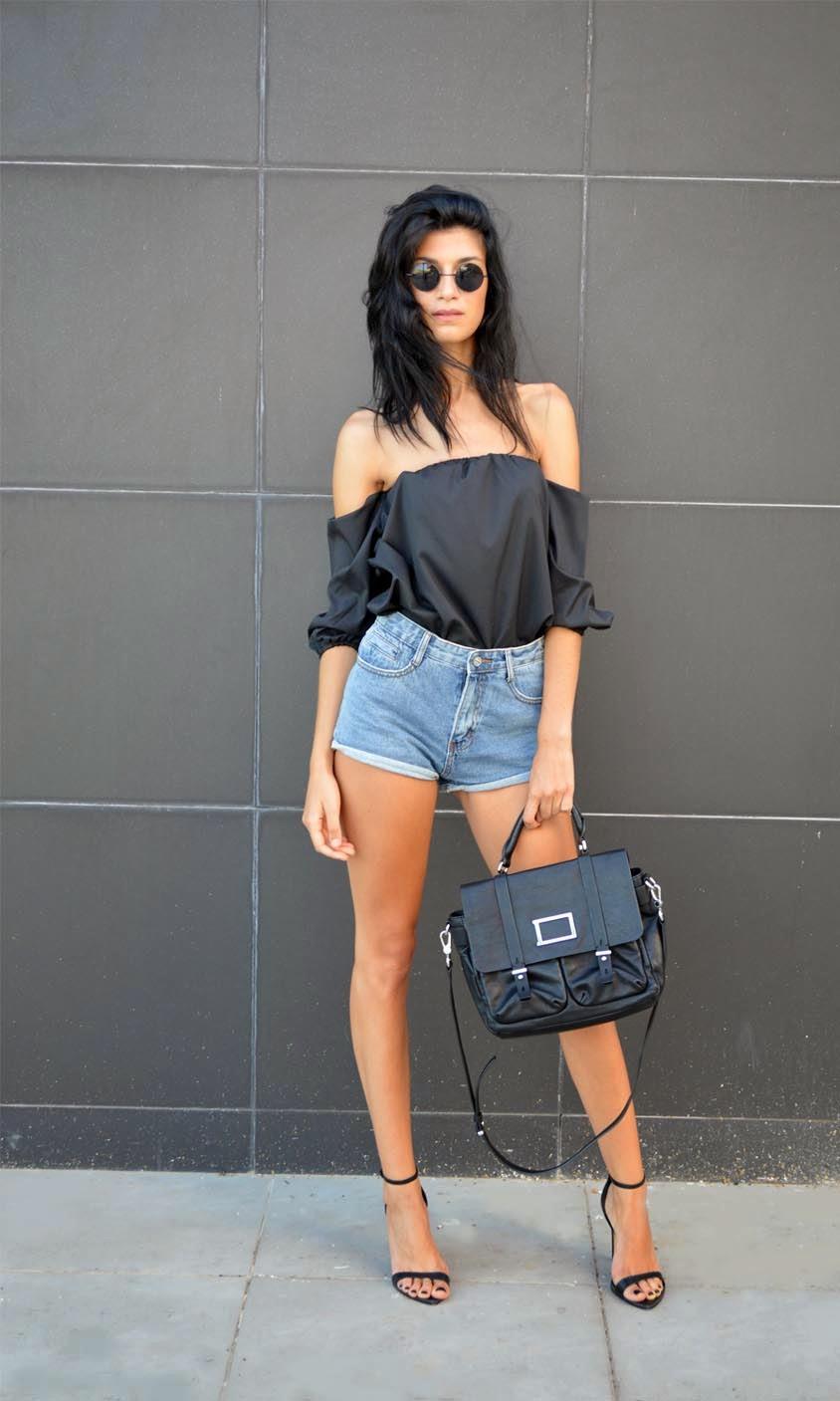 Блуза с открытыми плечами в монохромном образе выглядит очень стильно
