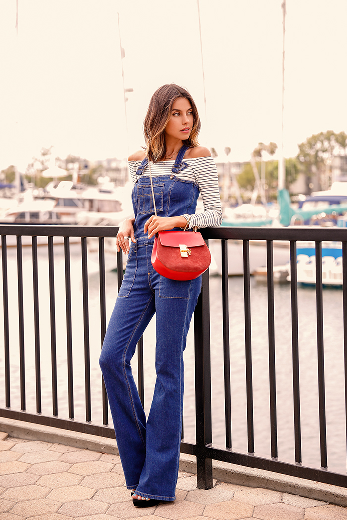 Блуза с открытыми плечами +джинсовый комбенизон-  лаконично и стильно