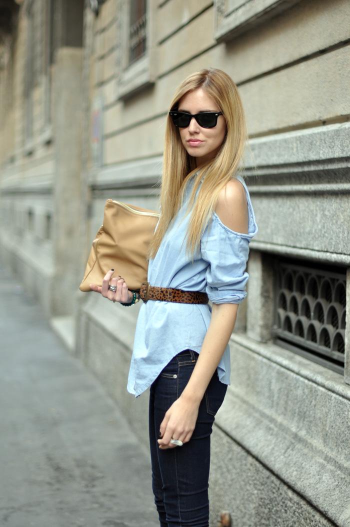 Блуза с вырезами на плечах визуально стройнит