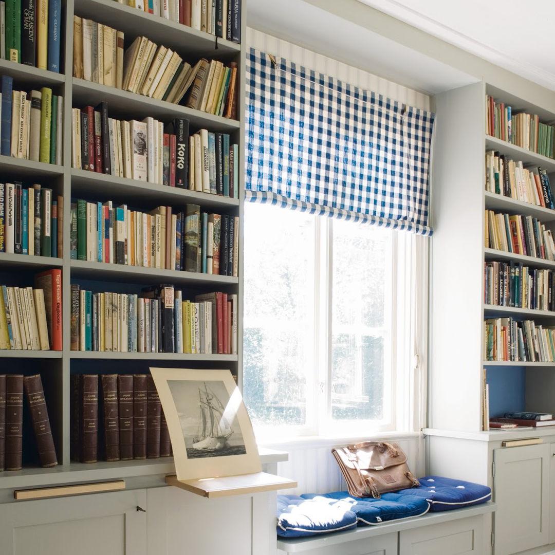 Цветные корешки книг стильно обрамляют окно