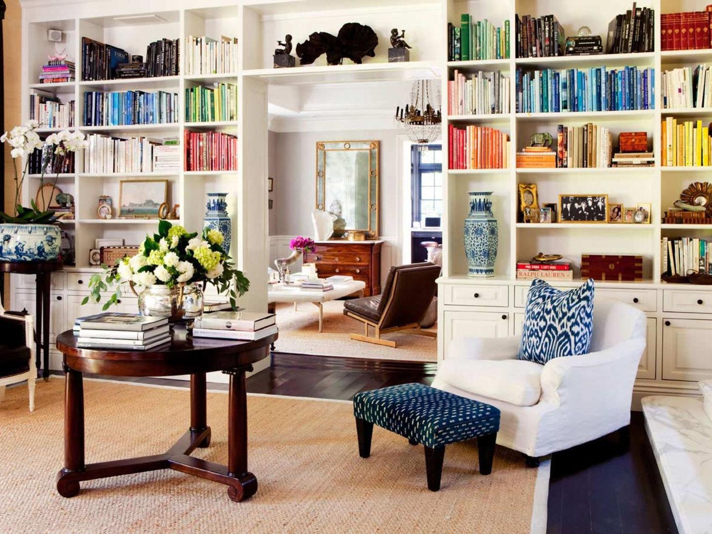 Книги идеально вписываются в интерьер проходной комнаты