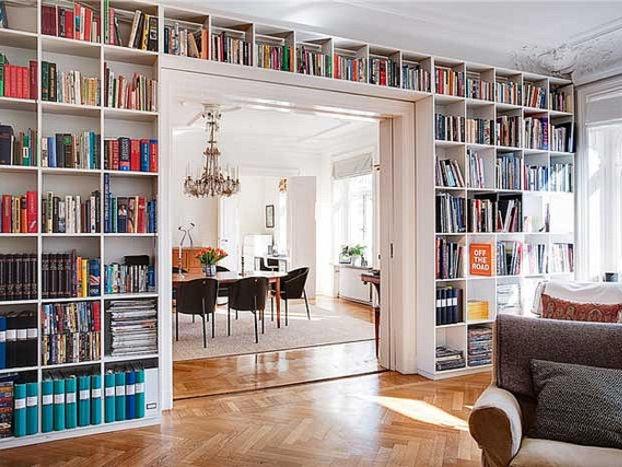 Стеллаж с книгами благородно подчеркивает широкий дверной проем