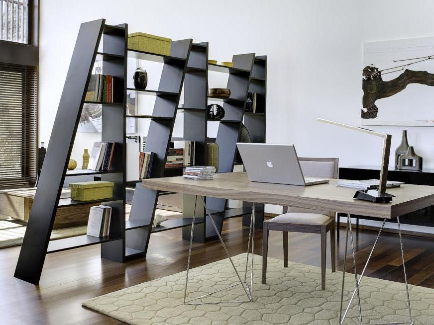 Стеллаж для книг не обязательно ставить у стены