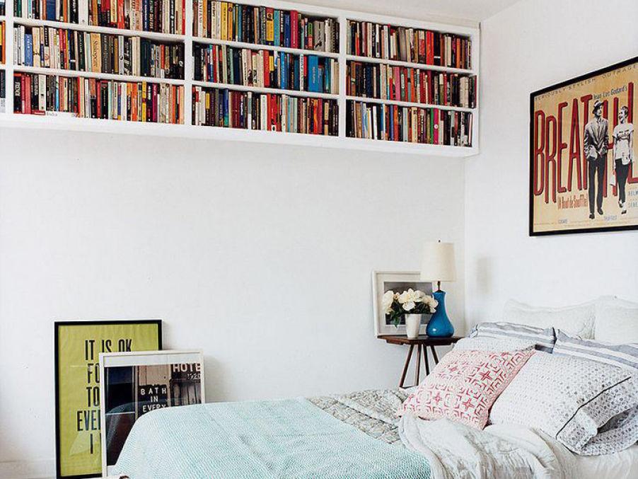 Если позволяет высота стен, сделайте несколько полок по всей площади потолка