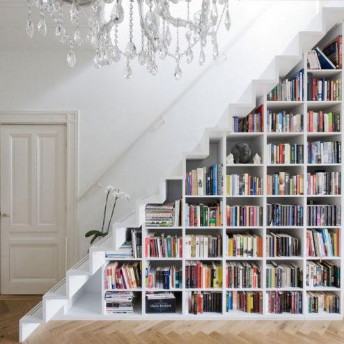 Хранение книг под лестницей
