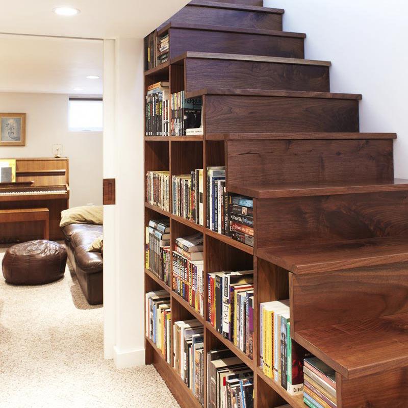 Хранение книг под лестницей — классическое решение