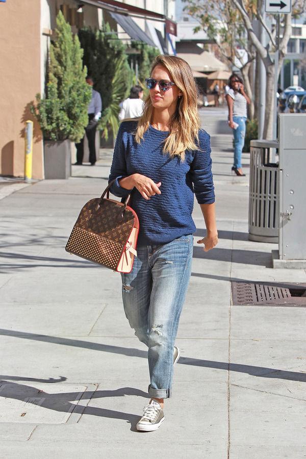 Джессика часто носит кеды.