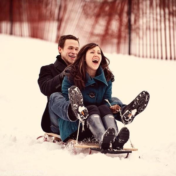 Фото парень катает девушку на санках